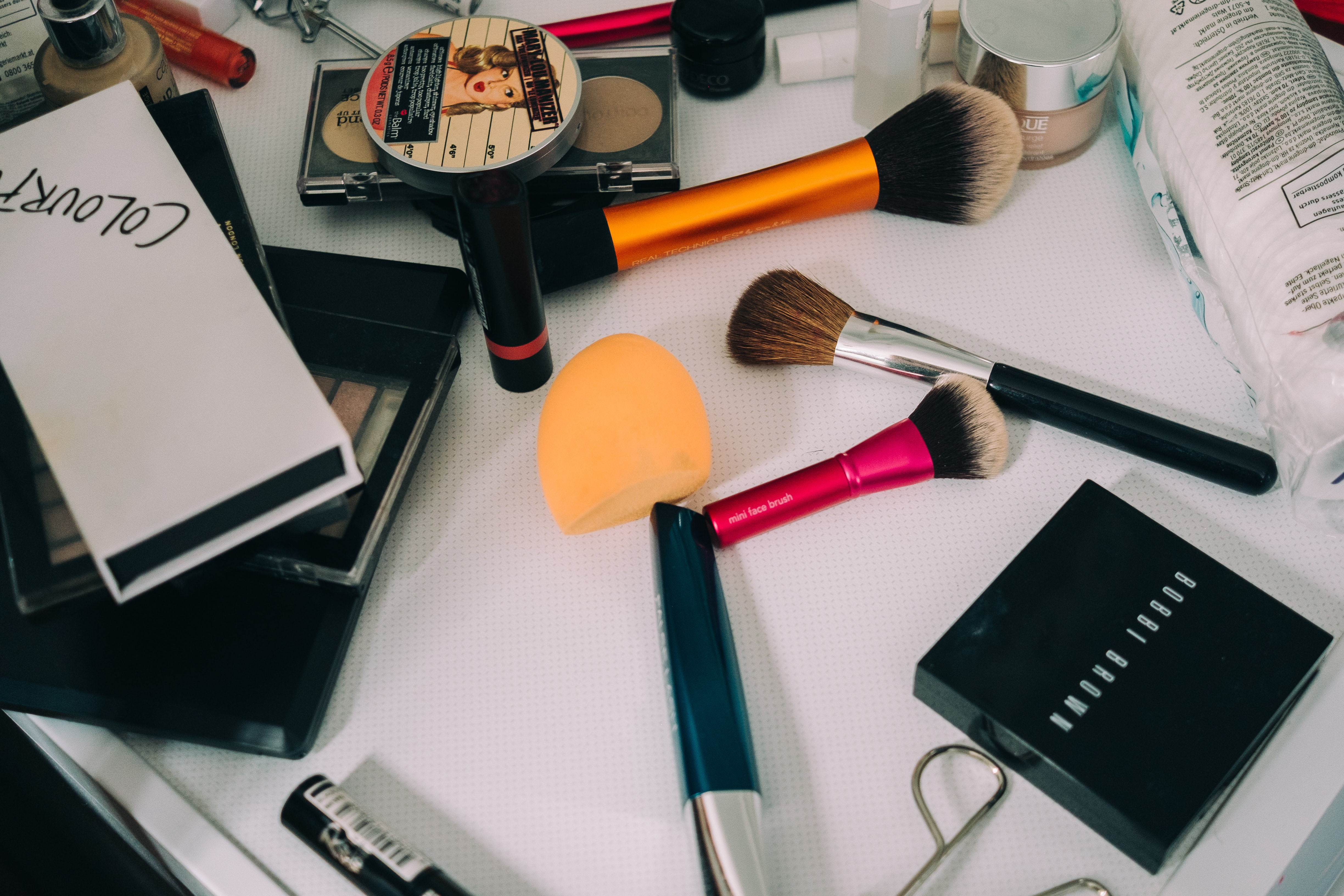 flat lay photography of makeup brushes