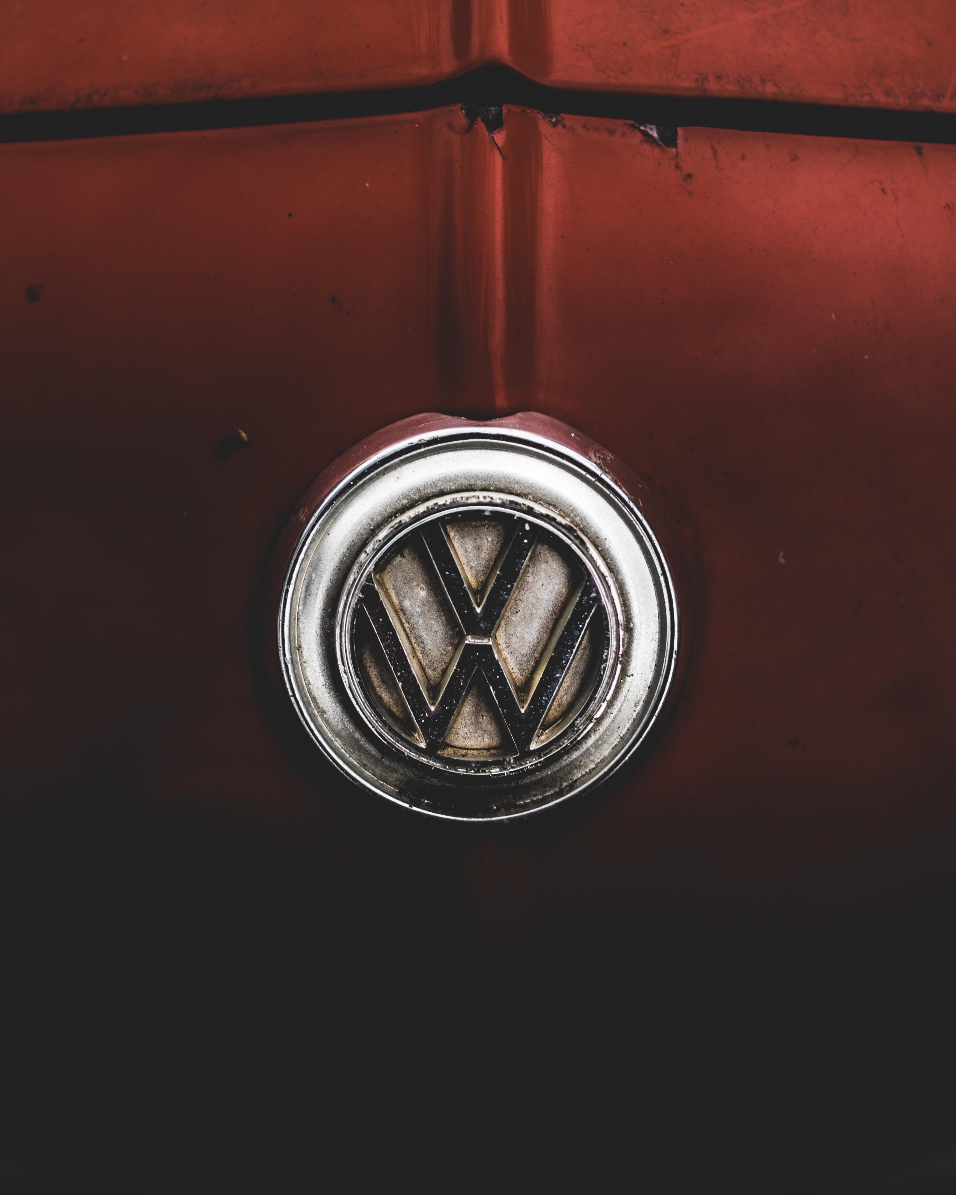 silver-colored Volkswagen emblem