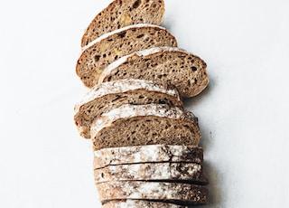 在白色表面切片面包