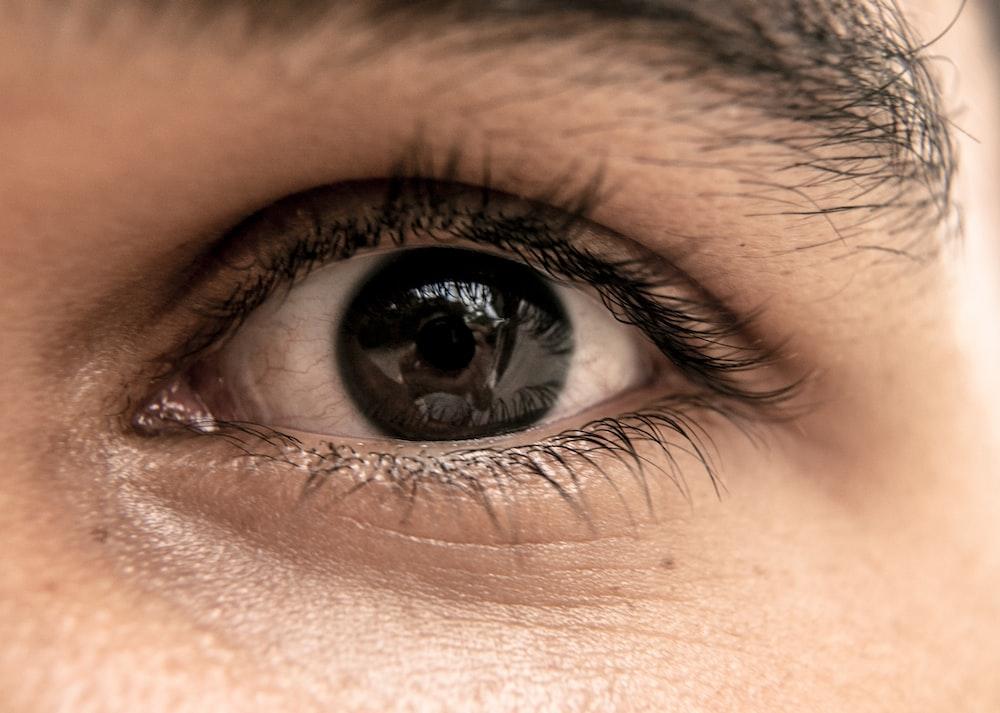 左人間の目のクローズアップ写真
