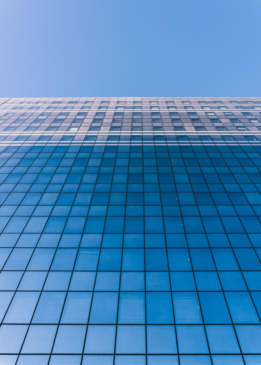 La simplicité est parfois complexe à mettre en œuvre. Mais la simplicité est souvent agréable et agréable à regarder. Ces nombreux vitres sur le bâtiment sont là pour nous le rappeler. Prise à La Défense.