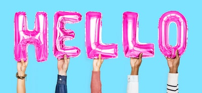 HELLOという文字を手に取って挙げている5人の様子