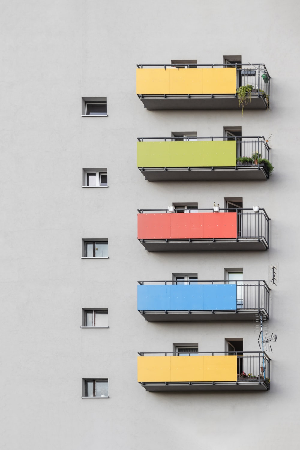 gray and multicolored building close-up photography