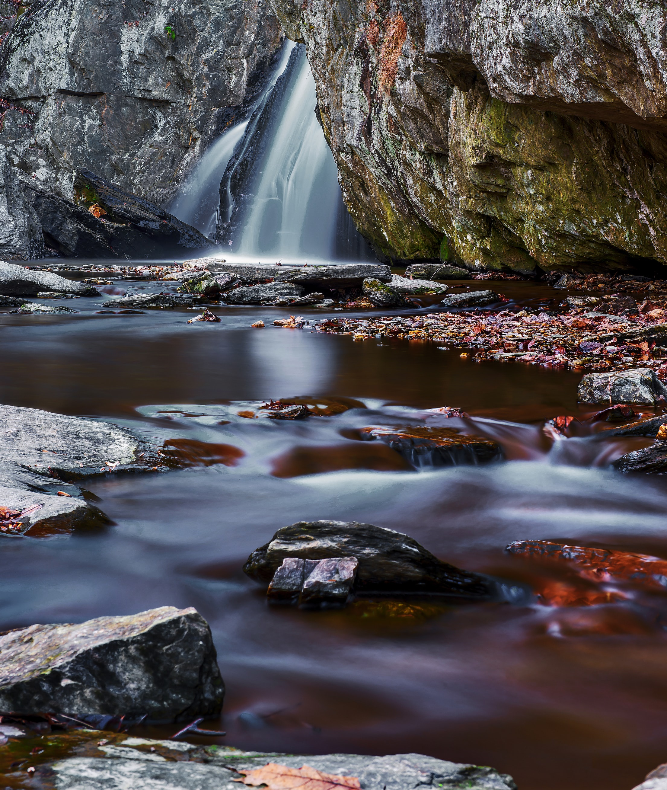 time lapse photography of waterfalls at daytime