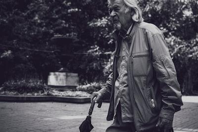 man holding umbrella noir zoom background