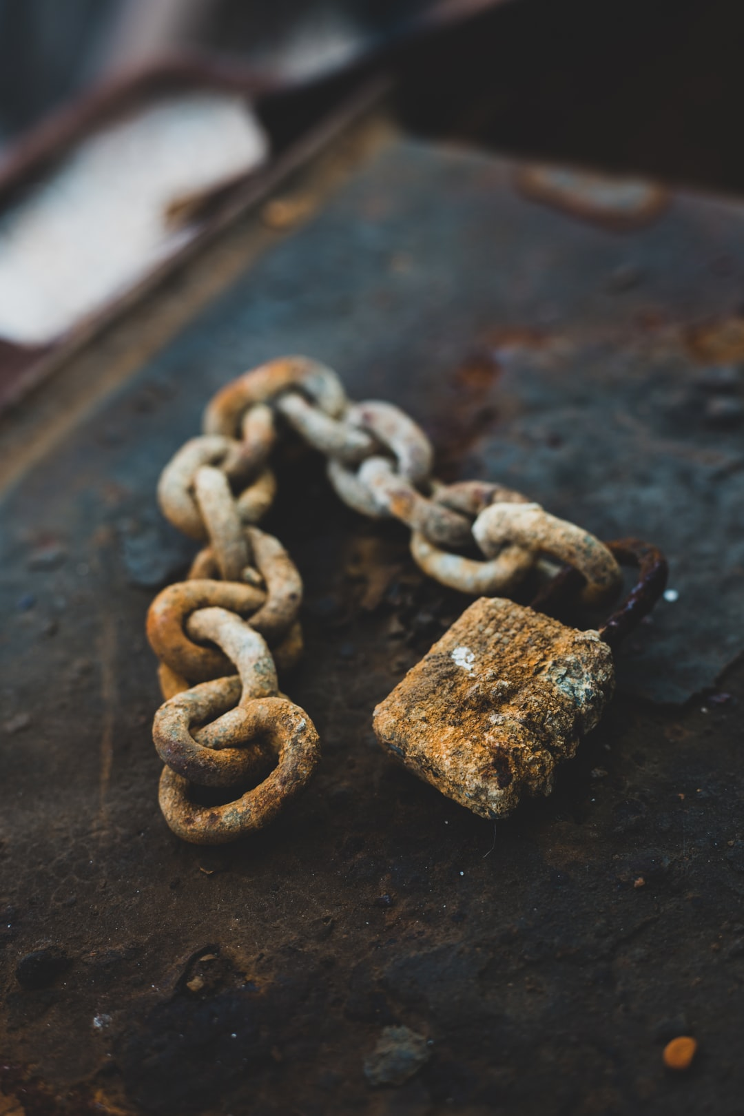 This lock made me think a lot. It was made to be strong and keep things safe, but after years of exposure to the sea, storms and salt, it's become this frail, useless object whose only purpose is to look pretty and remind every person looking on of the effects of time.