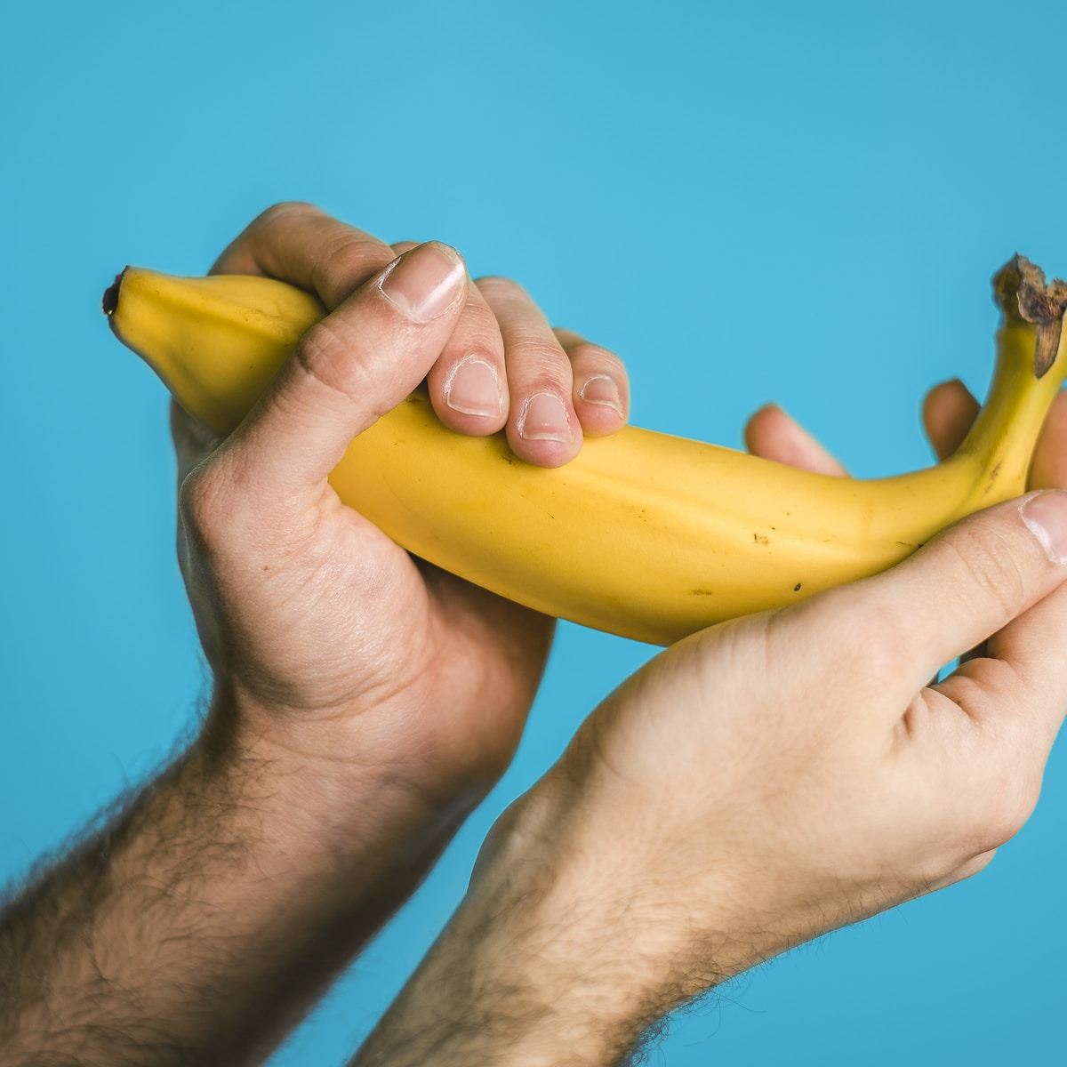 tamaño del pene, person holding banana