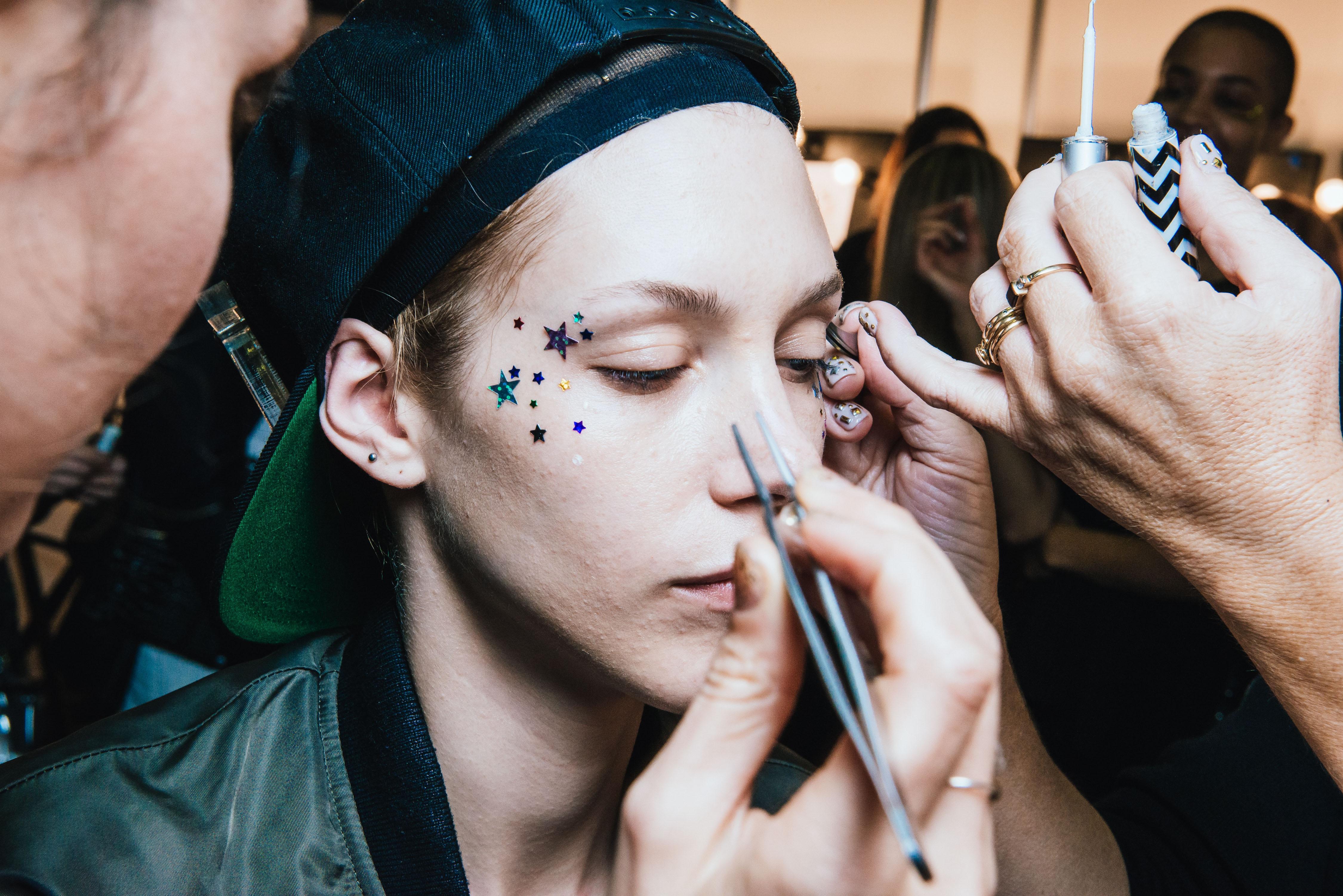 Makeup artist jadi salah satu profesi yang harus kalian coba jika suka makeup (dok.Unsplash)
