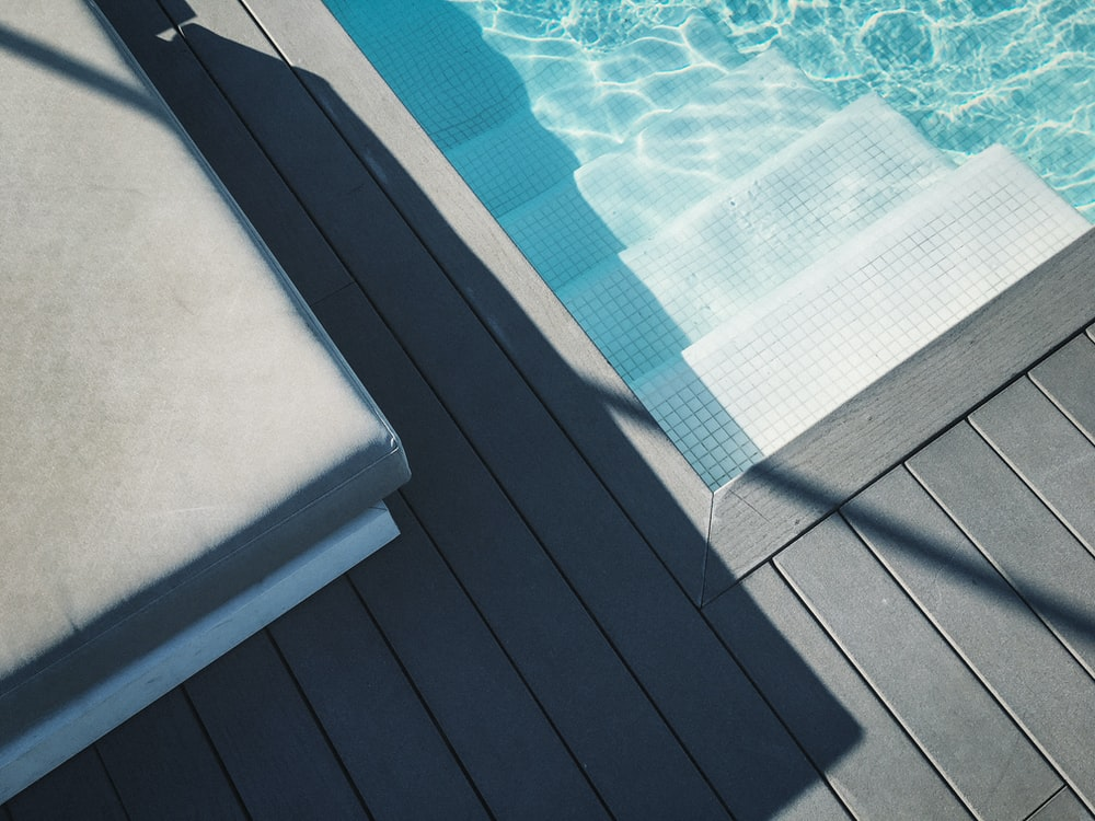 pool ladder beside pool
