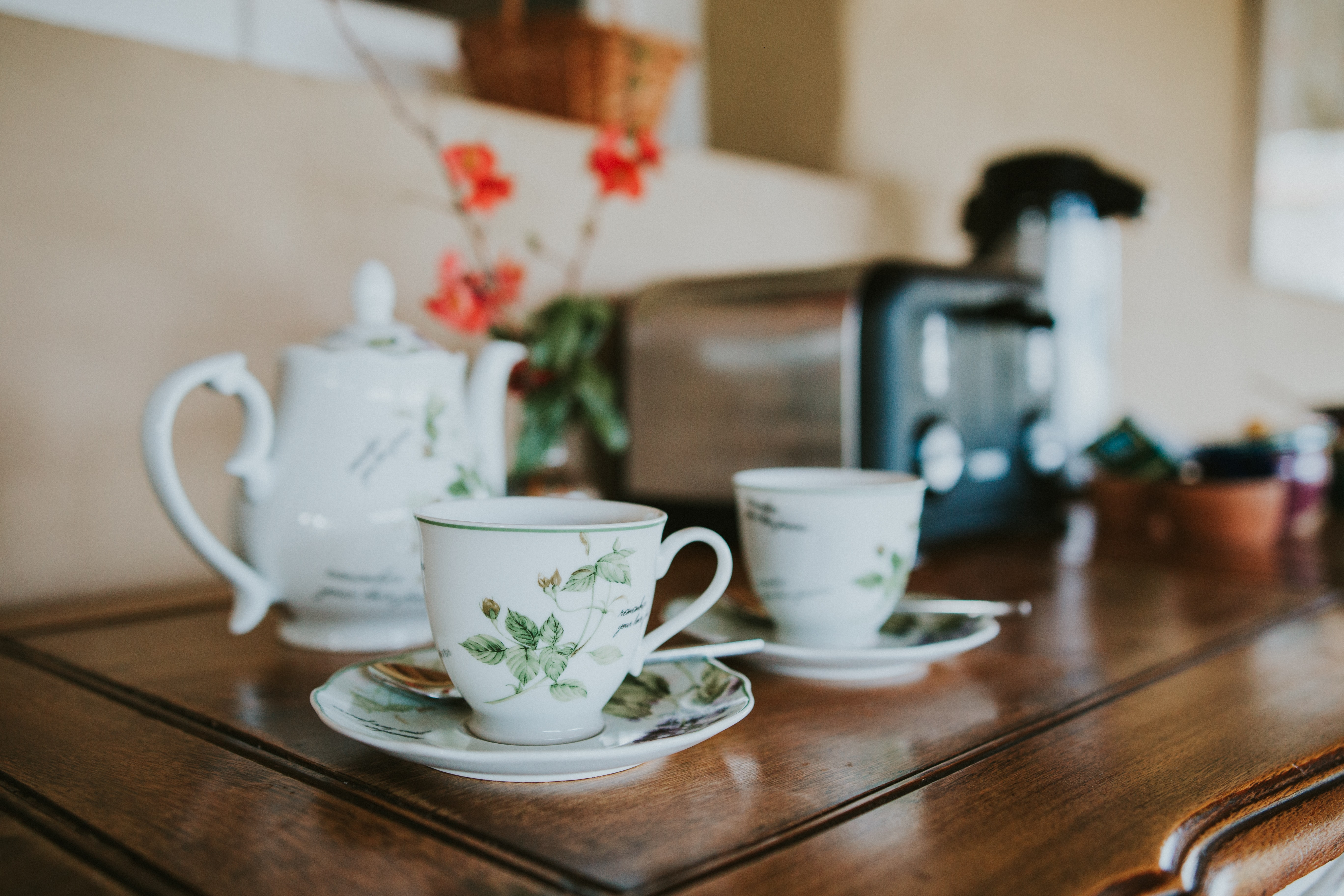 shallow focus photography of kettle with teacups