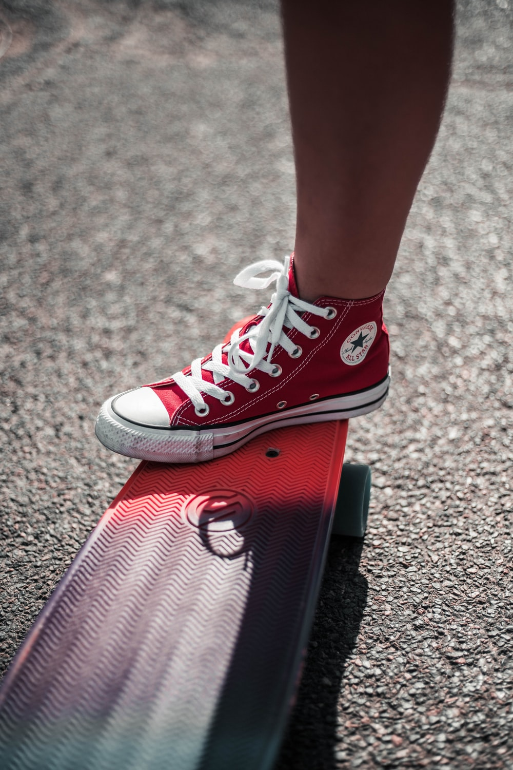 Patentar Desmañado Extra  person wearing red Converse All-Star high-top shoe photo – Free Clothing  Image on Unsplash