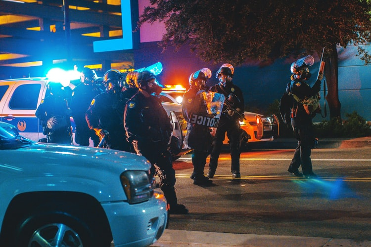 Des polices.   Photo : Unsplash