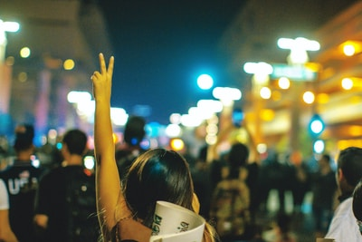 жена, която е на протест и протестира