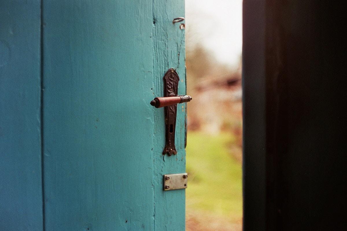 efecto puerta, olvidar por qué has entrado en una habitación, blue wooden door