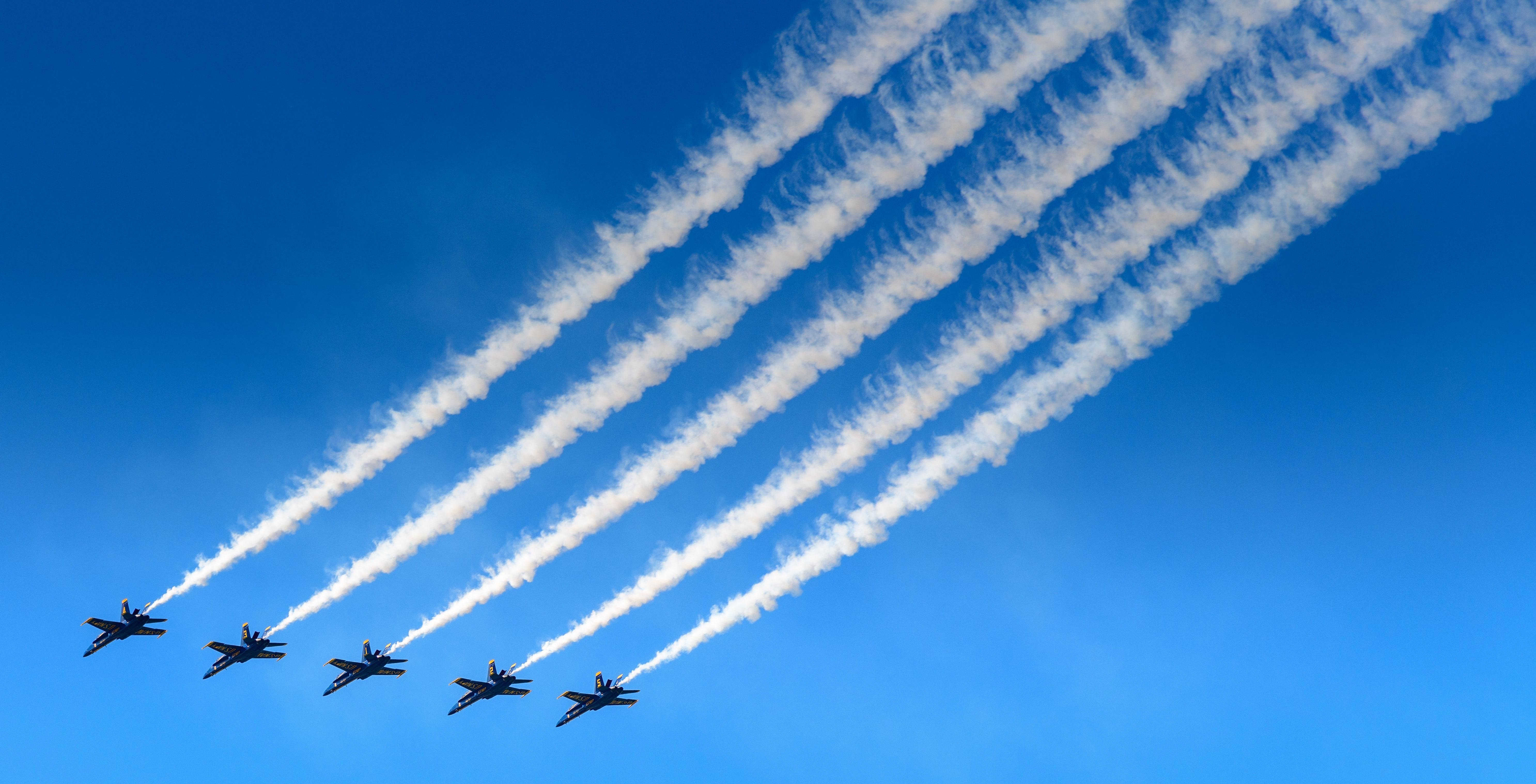 five aircraft contrail