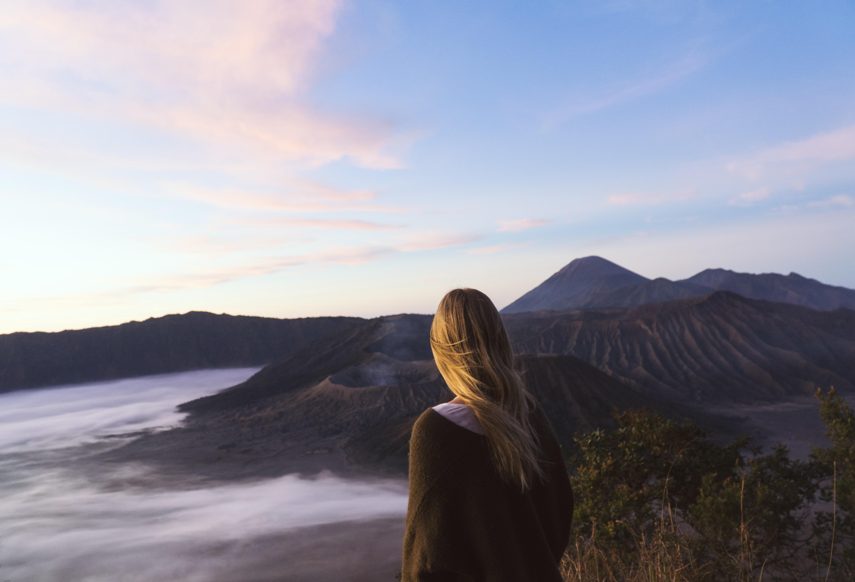 woman facing mountains ar daytime