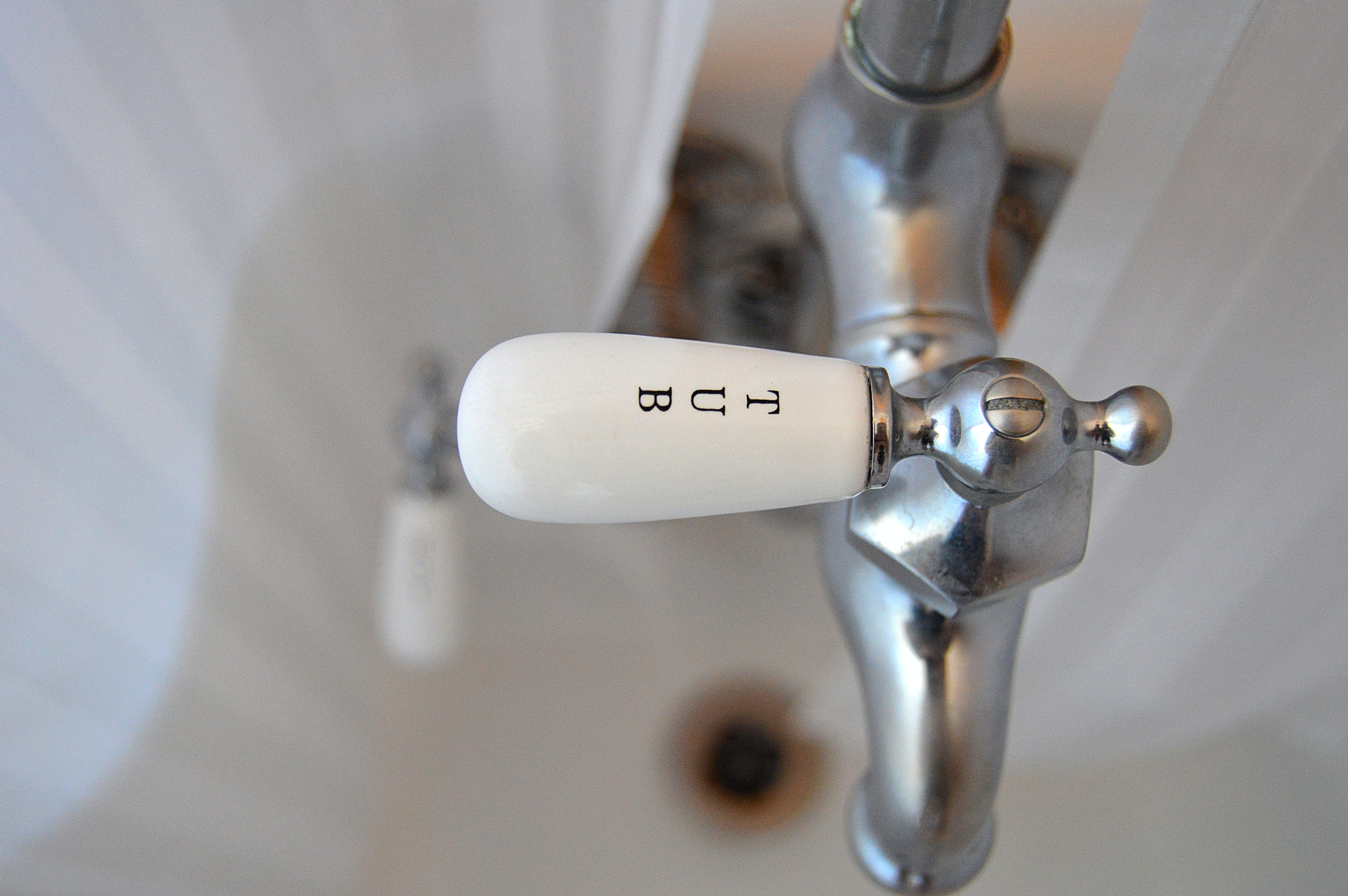 shallow focus photography of faucet