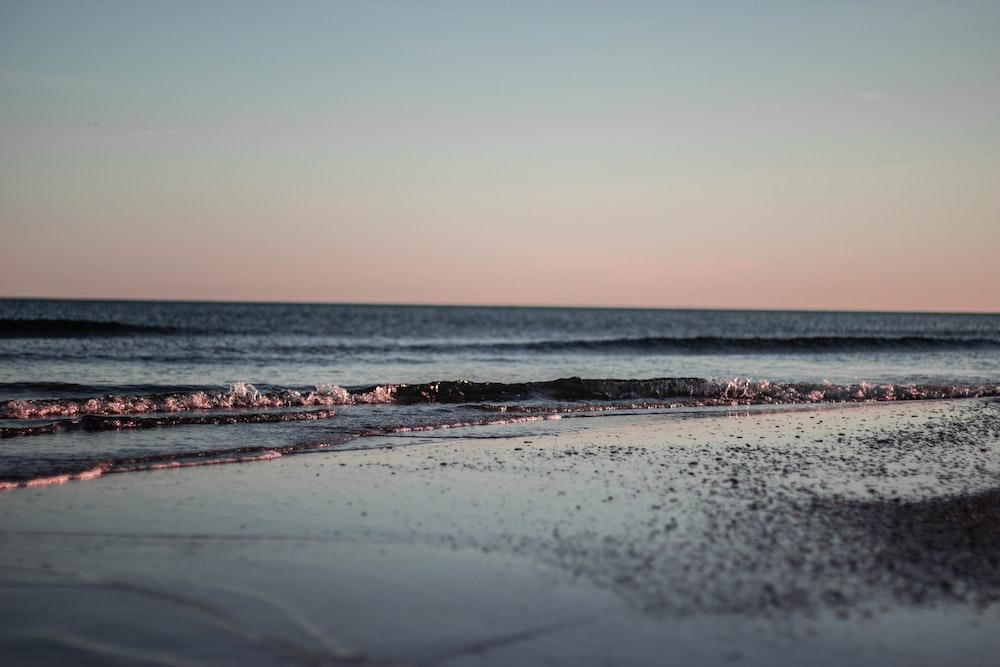 waves crashing on shore during daytime