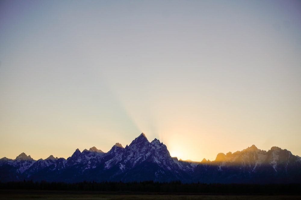silhouette of mountains wallpaper screengrab
