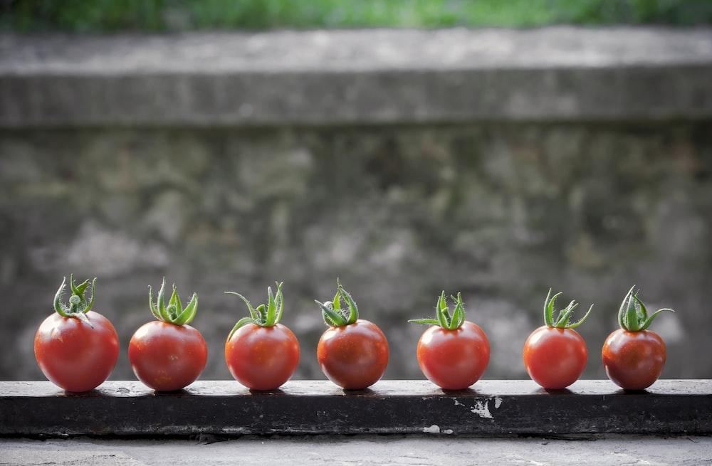 黒の表面に赤いトマト