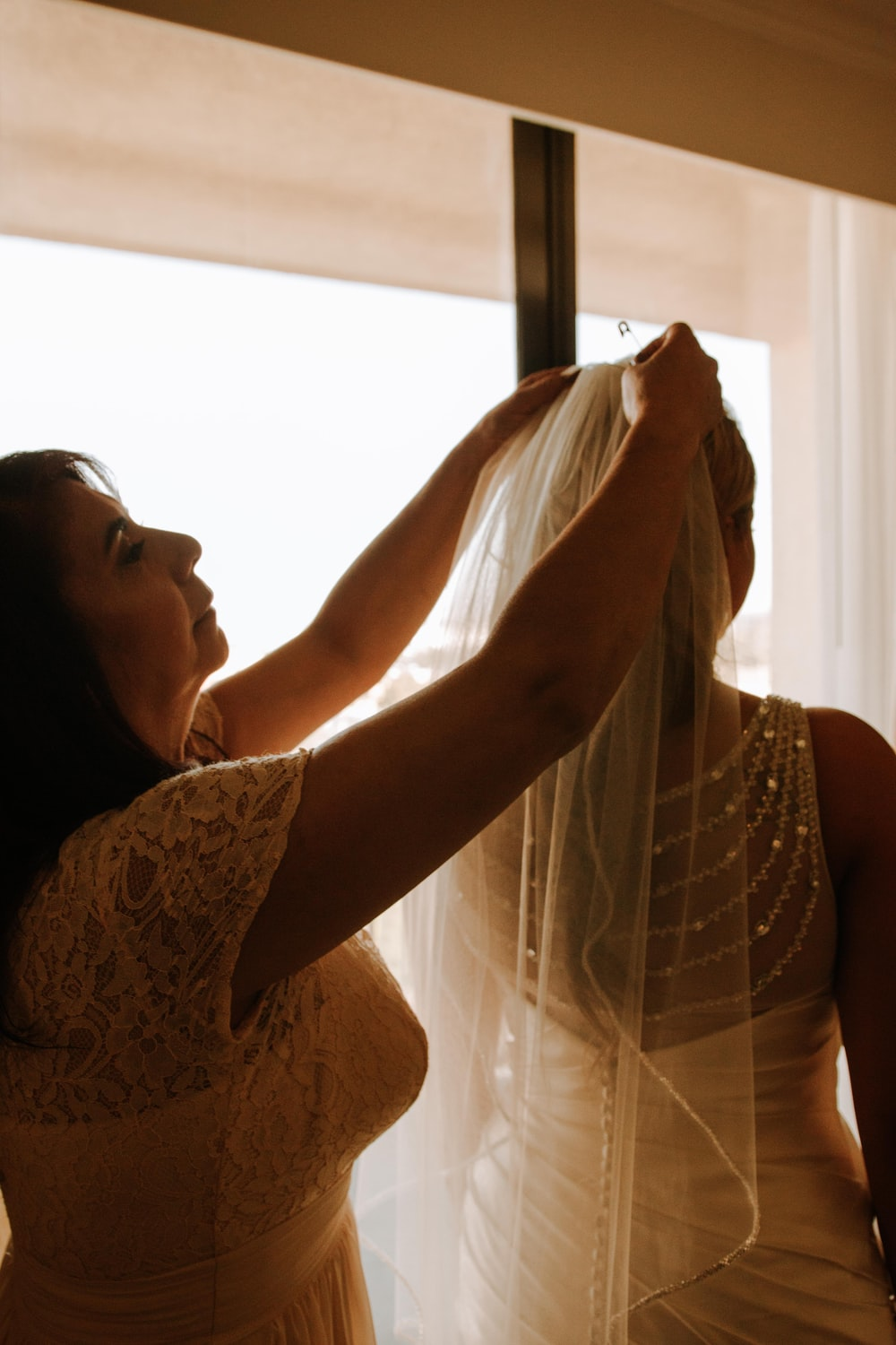 woman putting bride with veil