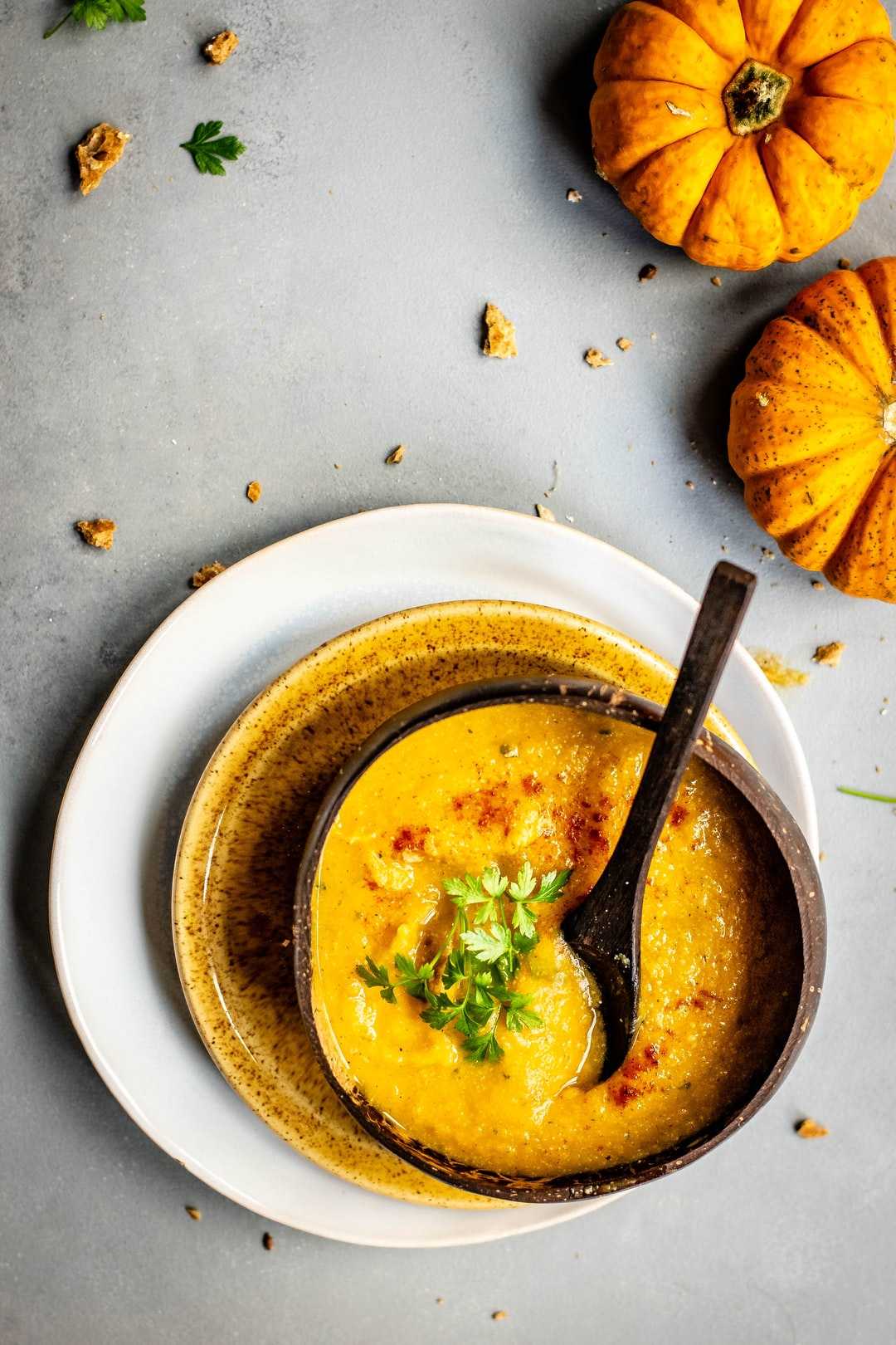 Do you feel the coming winter too? This spicy pumpkin soup really helps to forget that it's so cold outside :)