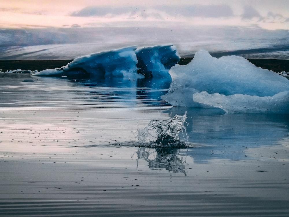 water splash near iceberg