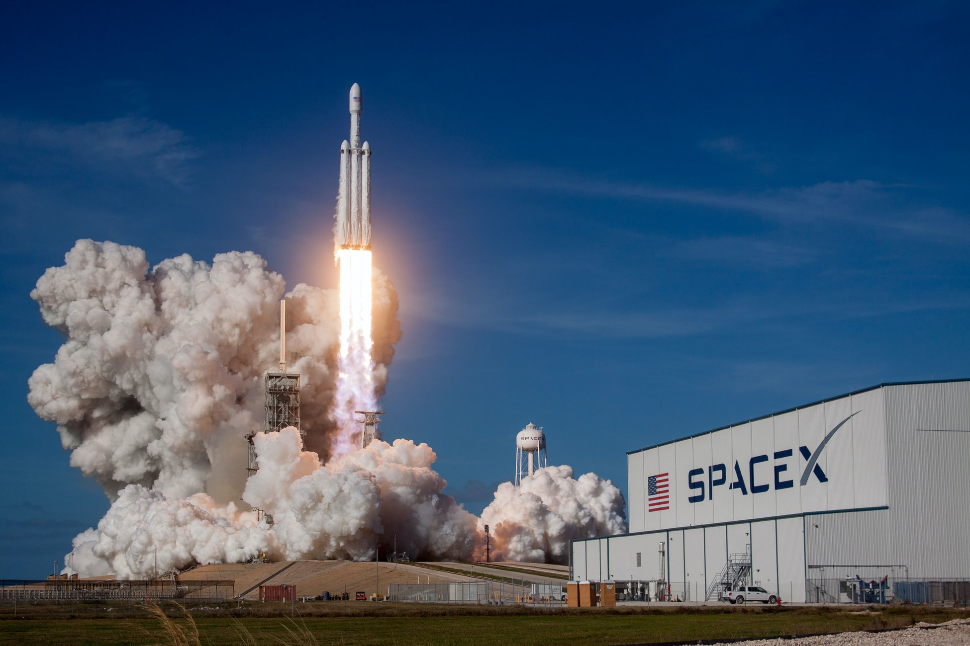 Uji coba roket Falcon Heavy (Sumber: Unsplash)