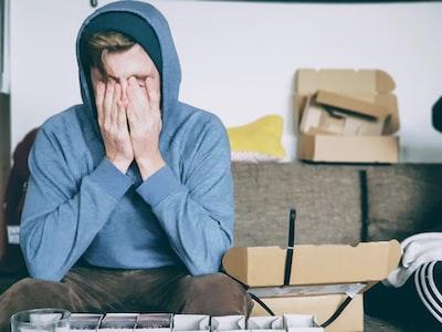 頭痛に苦しんでいる人の画像
