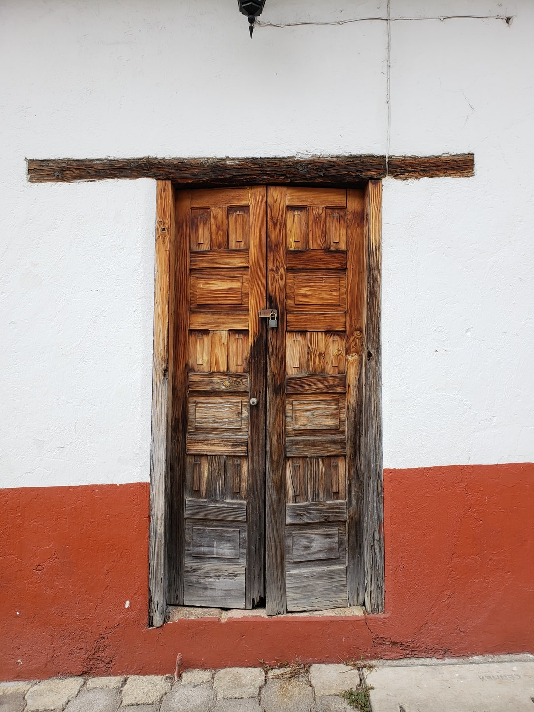 Visiting magical towns like Valle de Bravo, Mexico, One of the main attractions is just to walk down the narrow and very romantic stoned streets, where you may find colorful and interesting angles to photo every two steps.  I just loved this door so rugged, so full of texture and at the same time kind of intriguing… maybe welcoming?  Guess we´ll have to wait to know.