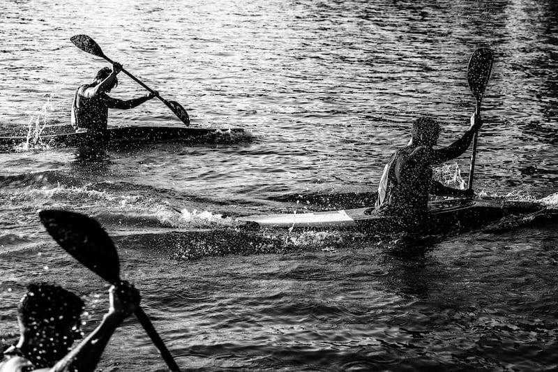 オールを漕ぐ男