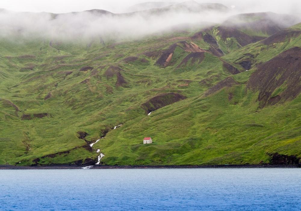 山の斜面の家