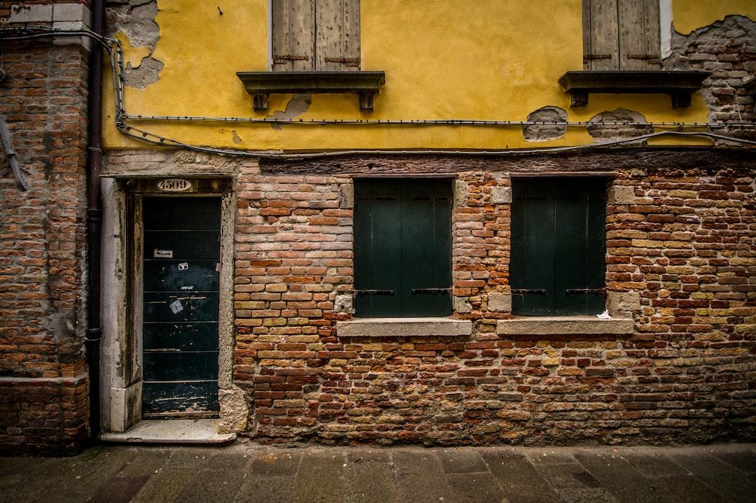 Yellow brick wall, Venice