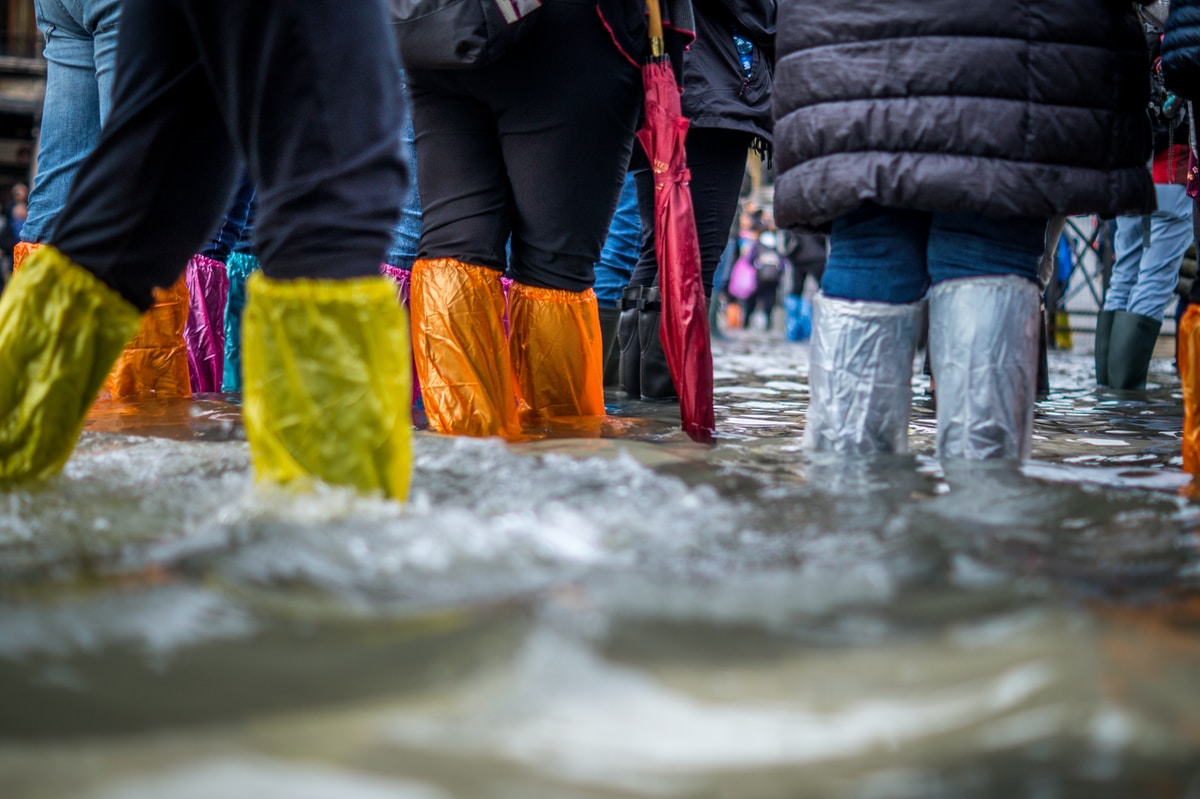 inundaciones, mareas, people wearing boots