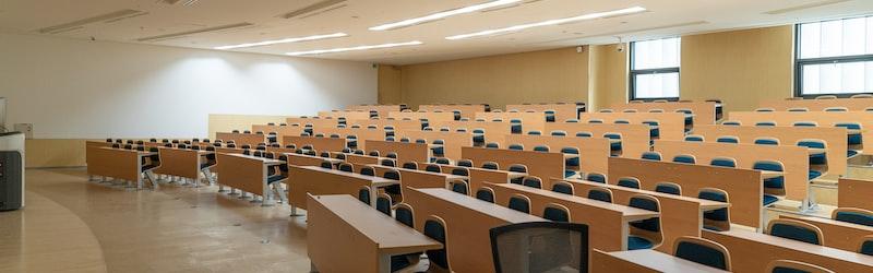大学のオンライン授業化に学費減額を求める声。文科省は学費や通信を支援へ。