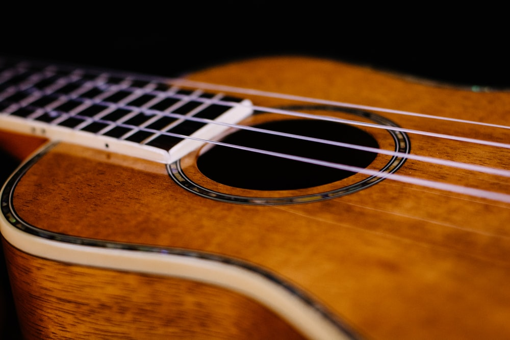 closeup photo of brown Ukelele