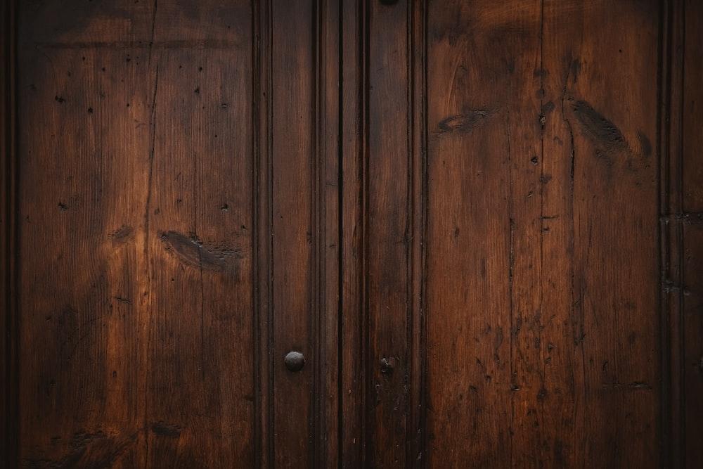 close of photo of wooden door