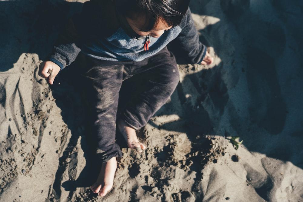 baby sittin on sand