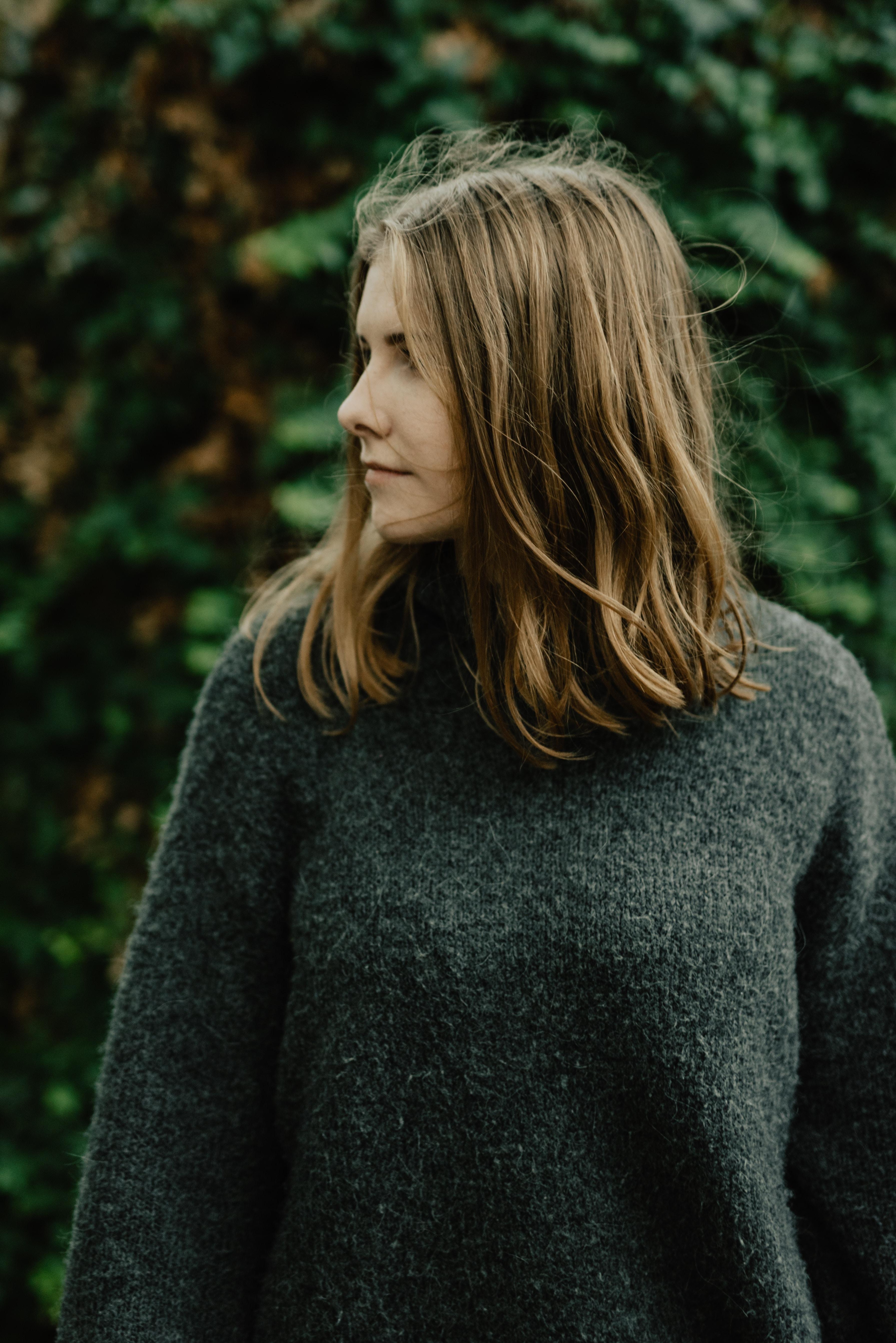 portrait photography of woman looking sideways