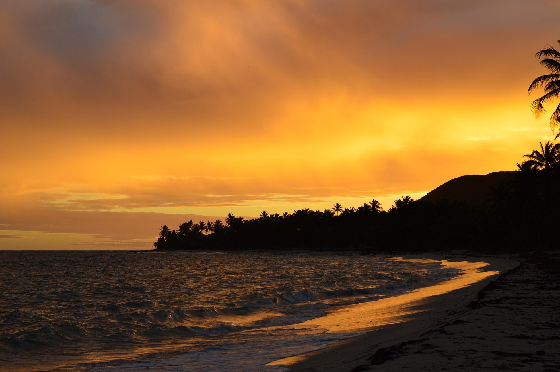 atardecer en playa paradisiaca en Guadalupe
