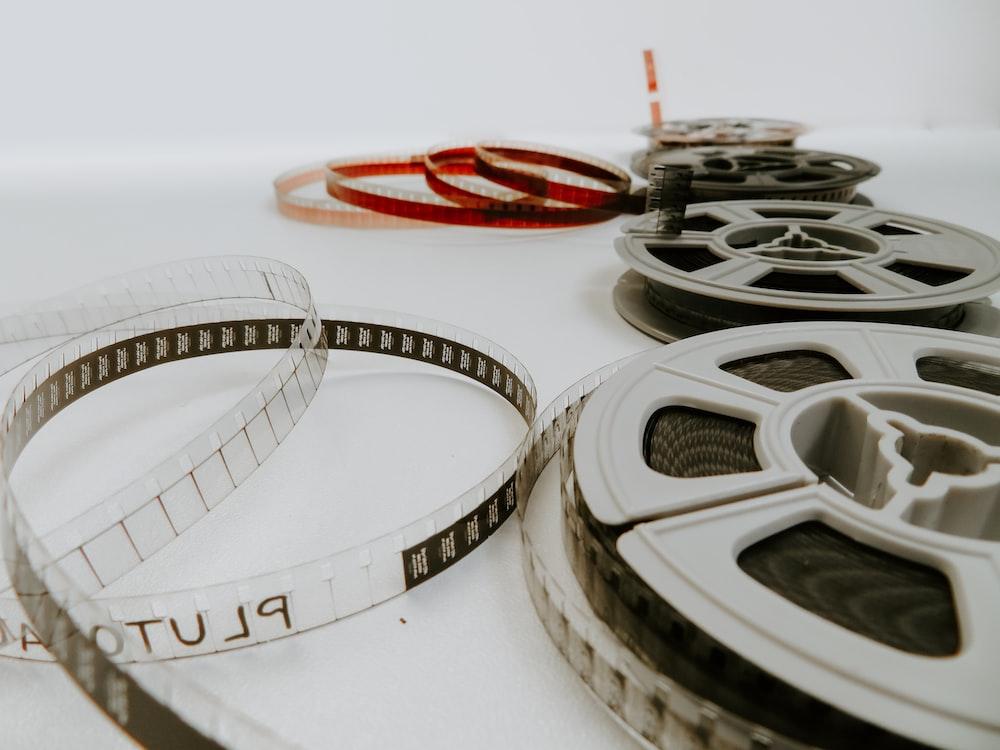 白いテーブルの上に横たわる4つのリールフィルム