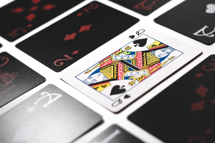 Nel blackjack online il sistema di memorizzazione e conteggio delle carte giocate è senz'altro più praticabile, potendosi avvalere di tabelle riepilogative in cui segnare le carte via via proposte e scartate dal croupier