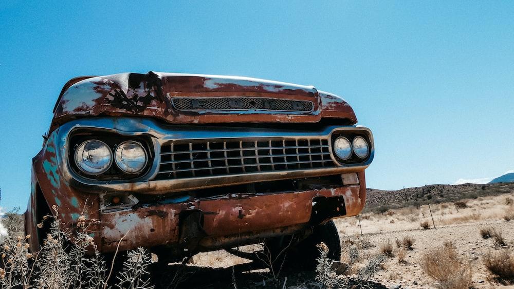日中の砂漠の茶色の車