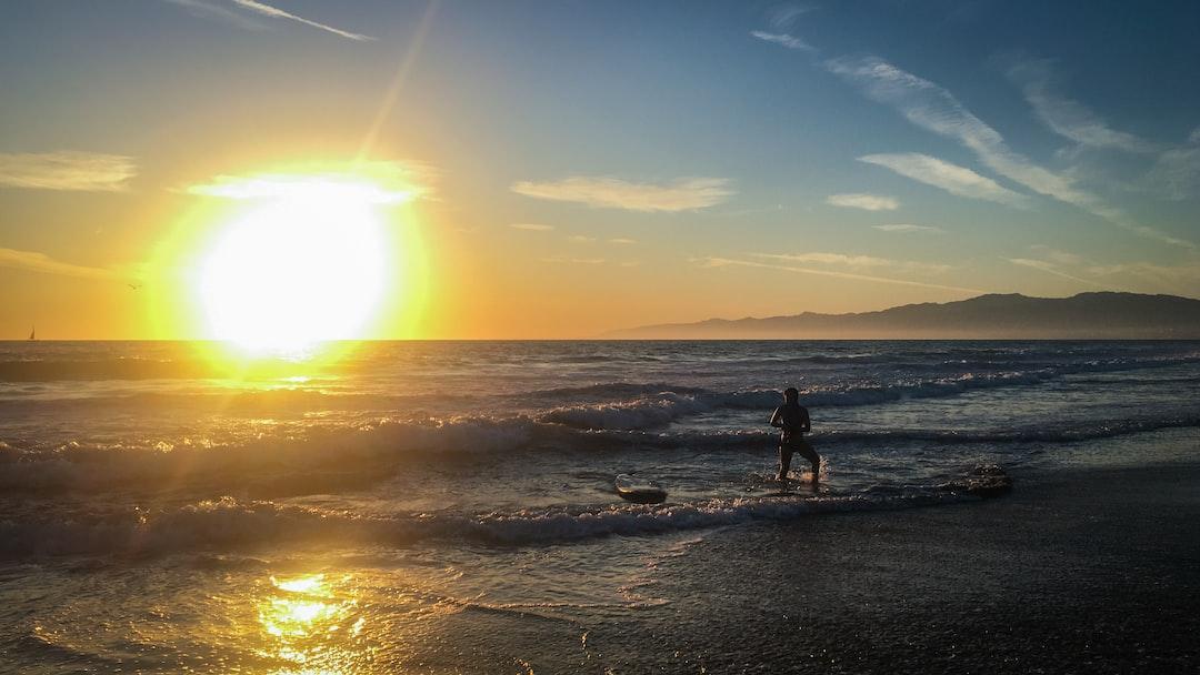 Surf sous le couché de soleil de Venice Beach