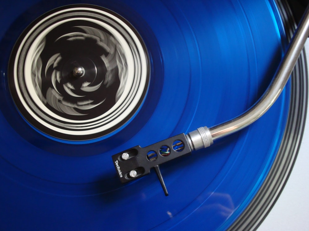 black and blue turntable