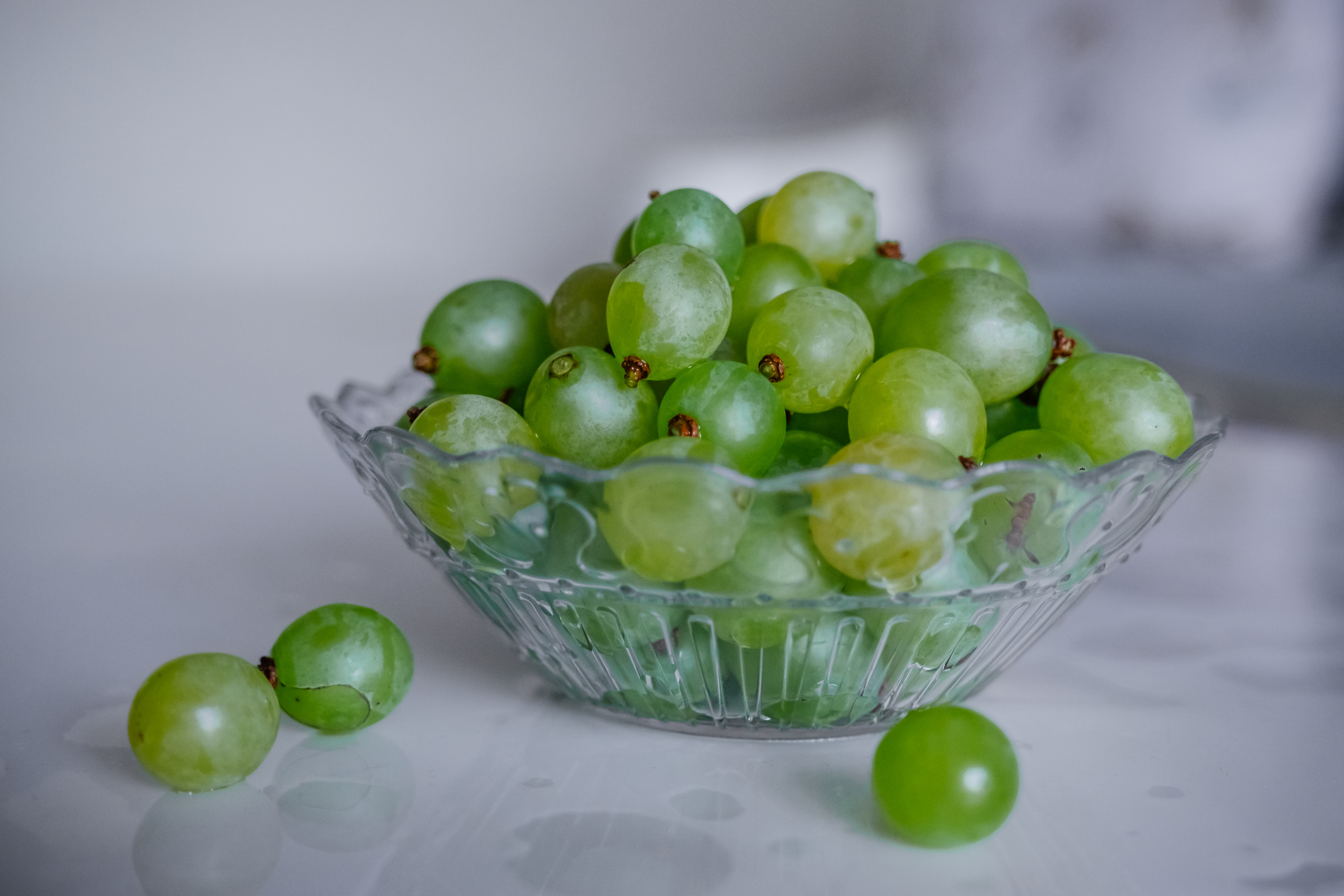 green grapes in clear glass bowl