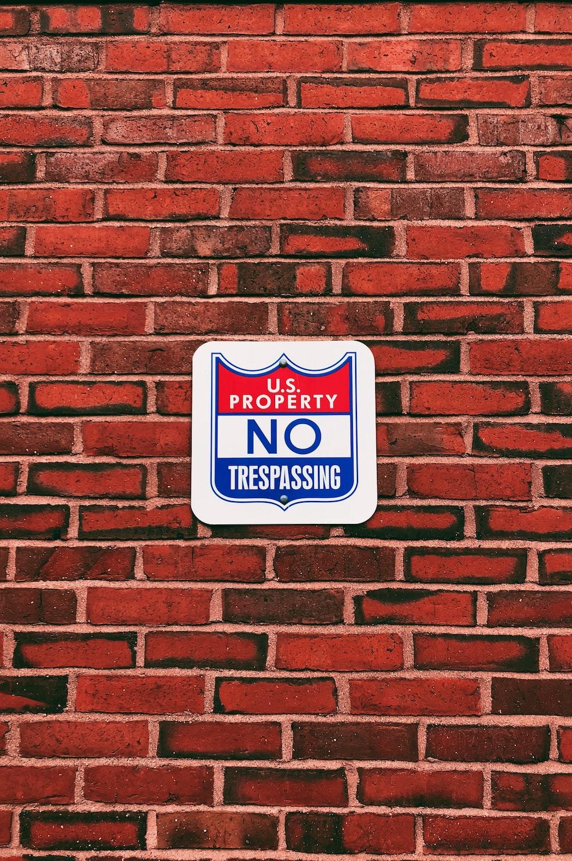 US Property No Trespassing signage
