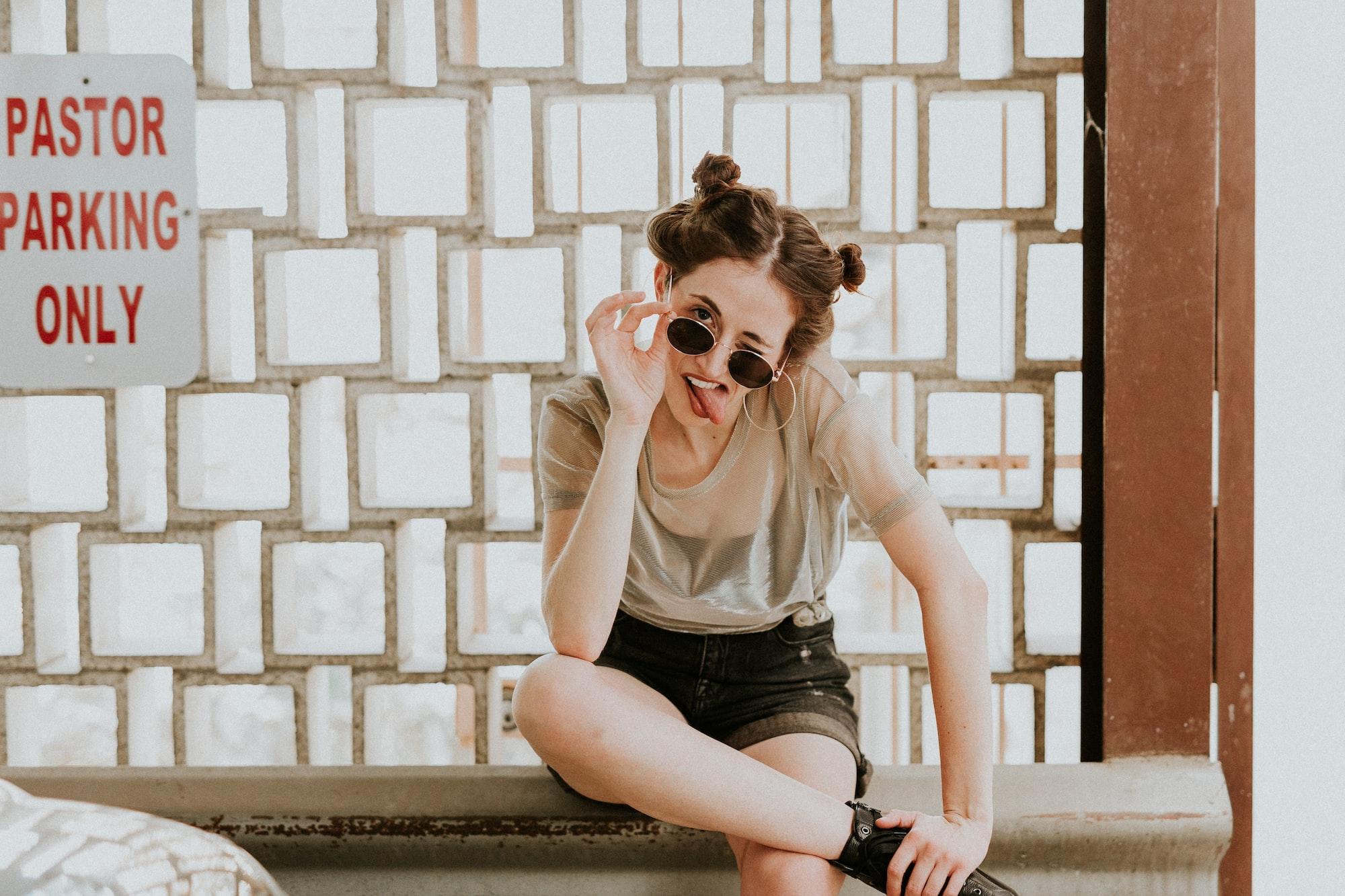 foto engraçada de menina fazendo careta com óculos de sol