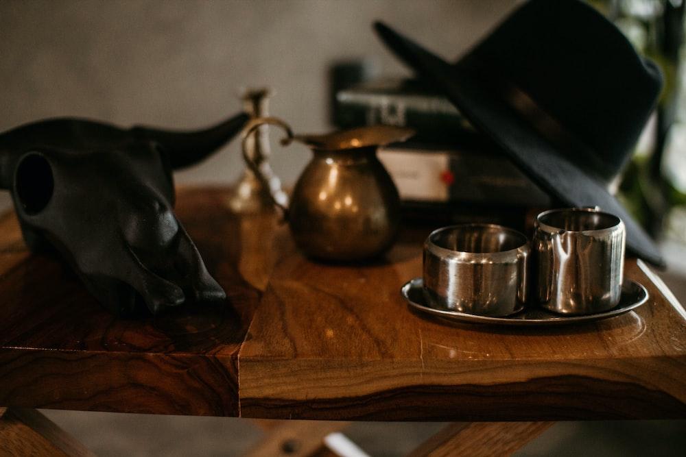 har on table