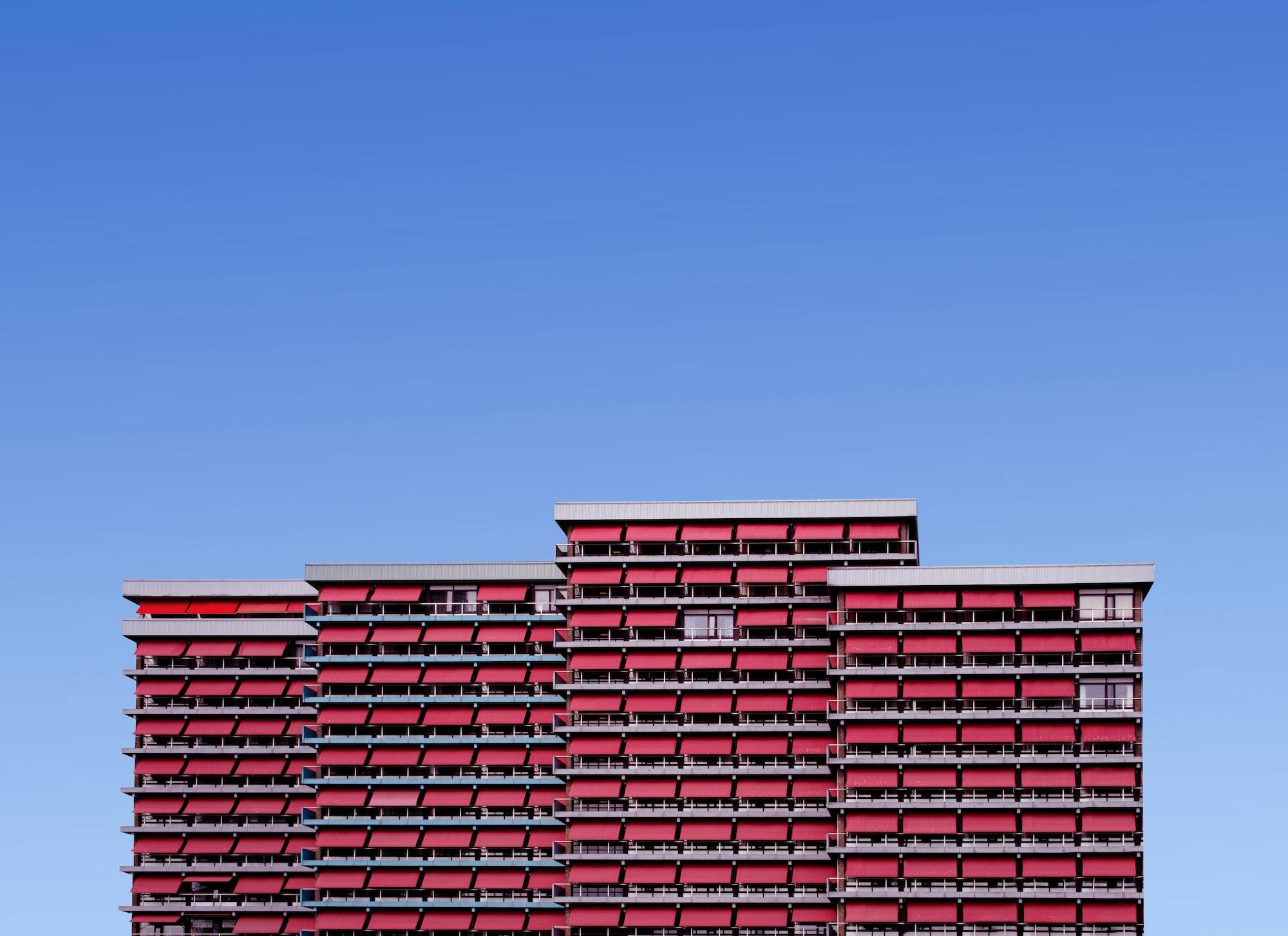 A relação risco-retorno envolvida no mercado imobiliário também podem ser melhor quantificada a partir do uso de dados. Photo by Simone Hutsch / Unsplash